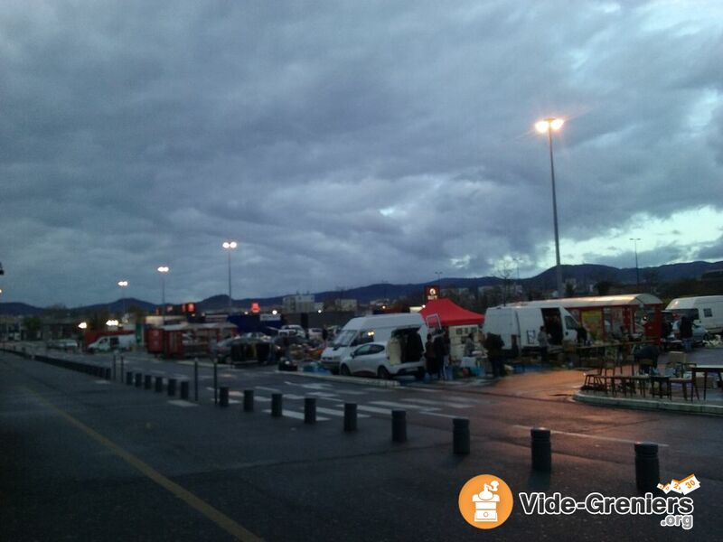 photo de l 39 v nement le grand vide greniers brocante parking g ant casino. Black Bedroom Furniture Sets. Home Design Ideas
