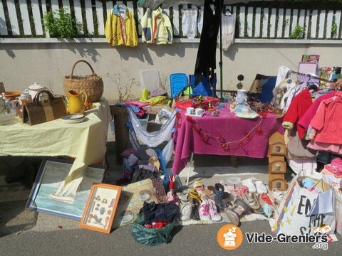 vide grenier de la maison de velotte besan on franche comt doubs. Black Bedroom Furniture Sets. Home Design Ideas